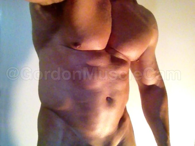 Wanna help @GordonMuscleCam to oil his muscles? He is on cam now ready to play with his fat cock and