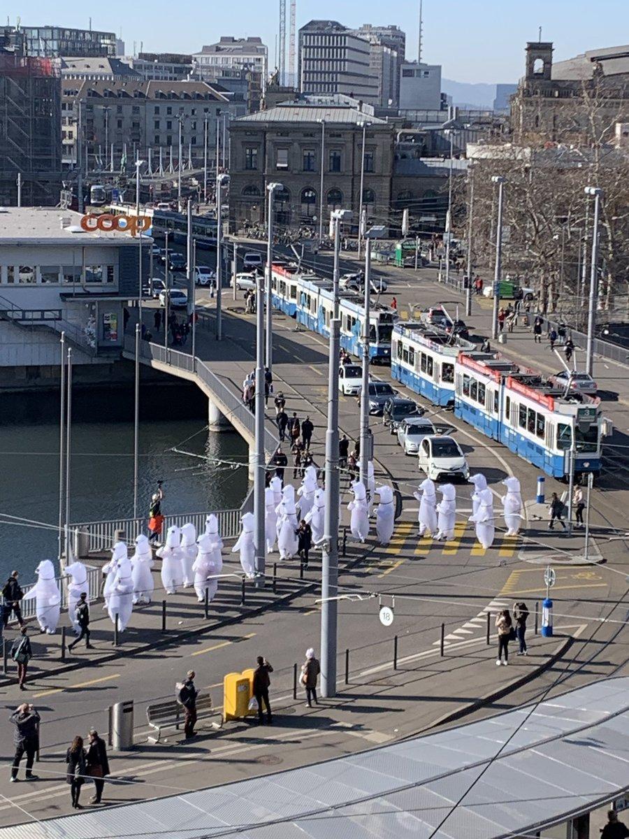 #Eisbaeren am #Central? @WWF @greenpeace_ch
