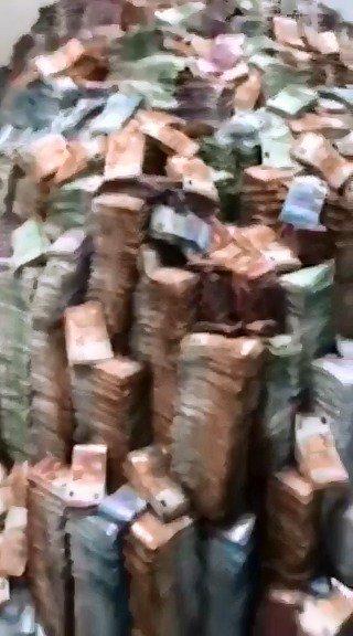 Вот такую гору денег попытались сжечь неизвестные на складе в Москве в день ареста сенатора Арашукова. Это несколько тонн. Пришлось даже использовать погрузчик. Подробности: http://ntv.ru/novosti/2160448/…