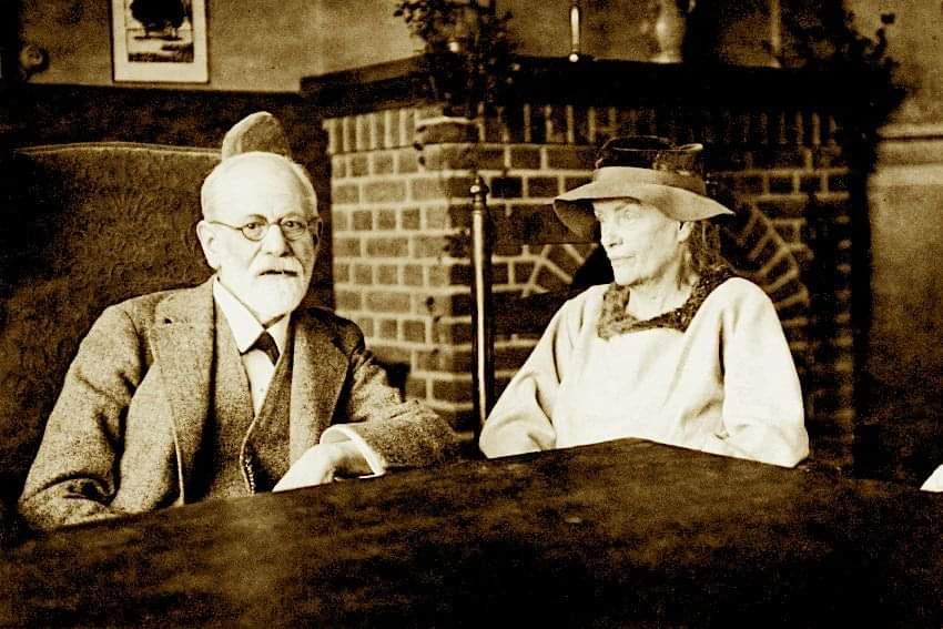 """Maravillosa fotografía en la que aparecen Sigmund Freud y Lou Andreas-Salomé, ya mayores. Él la describió como la """"poeta del psicoanálisis"""". Qué mujer tan apasionante, tan llena de misterios, carácter, fuerza y cultura: """"El mundo no te ayudará. Si quieres una vida, ¡créala!""""."""