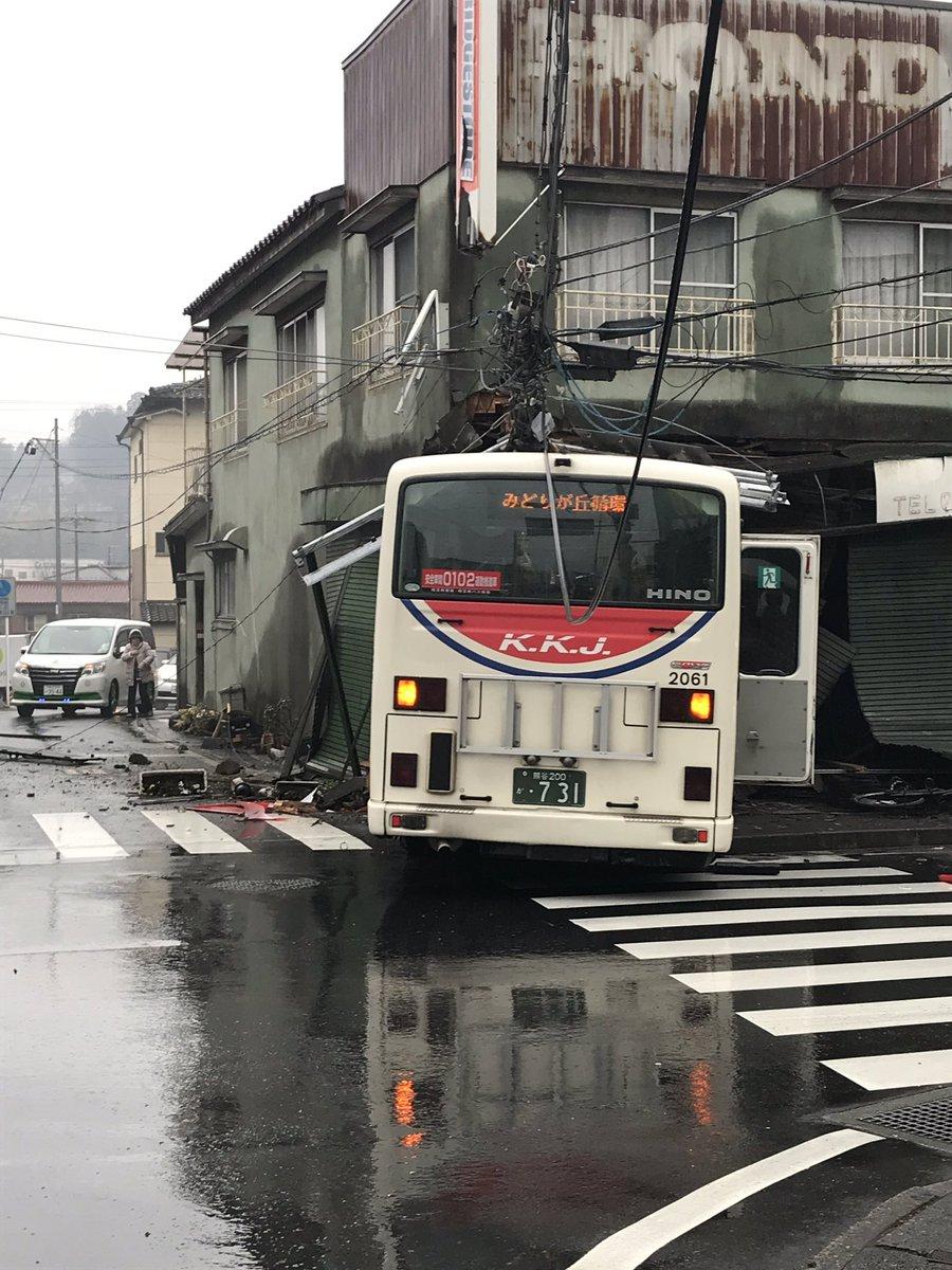 埼玉県小川町でバスが住宅に突っ込む事故の現場画像