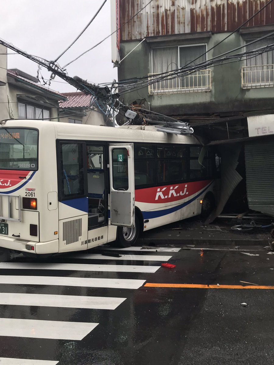 埼玉県比企郡小川町で路線バスの事故現場の画像