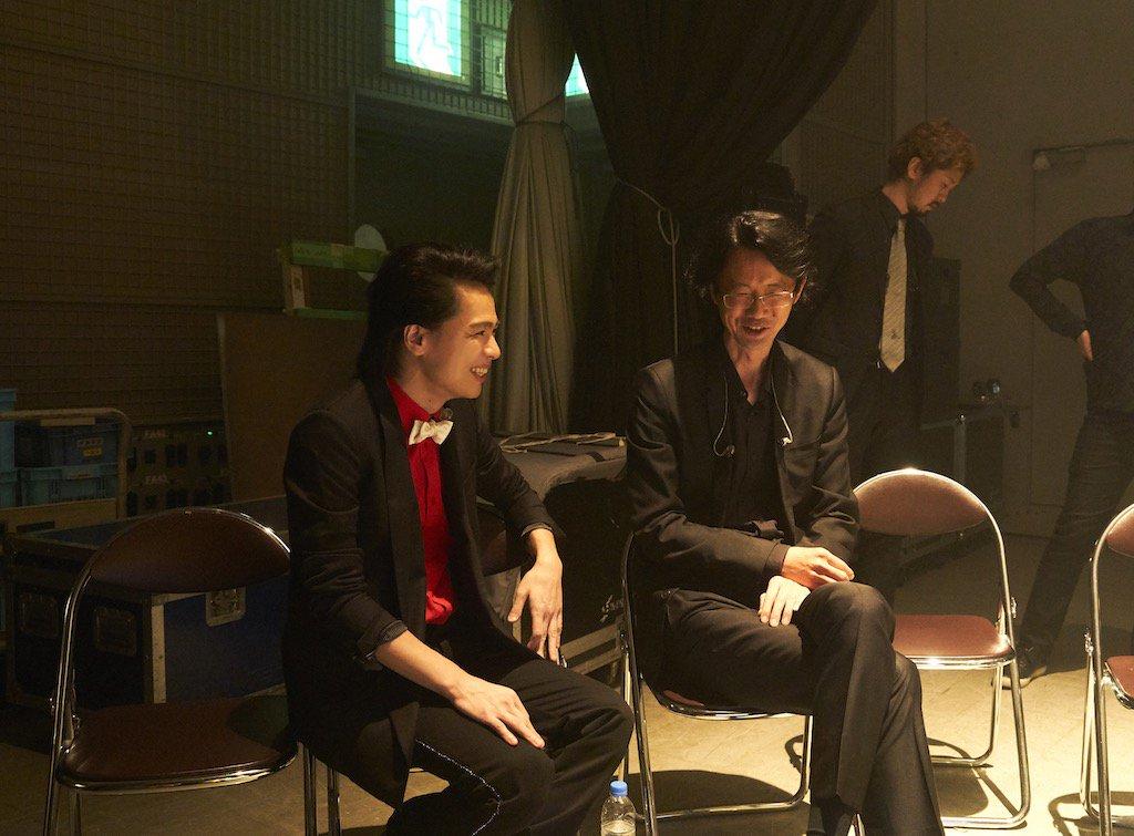 グリブラ 歌収録時のオフショット 映像チェック前、楽しそうなご様子の 中川晃教 さんと音楽監督 大貫