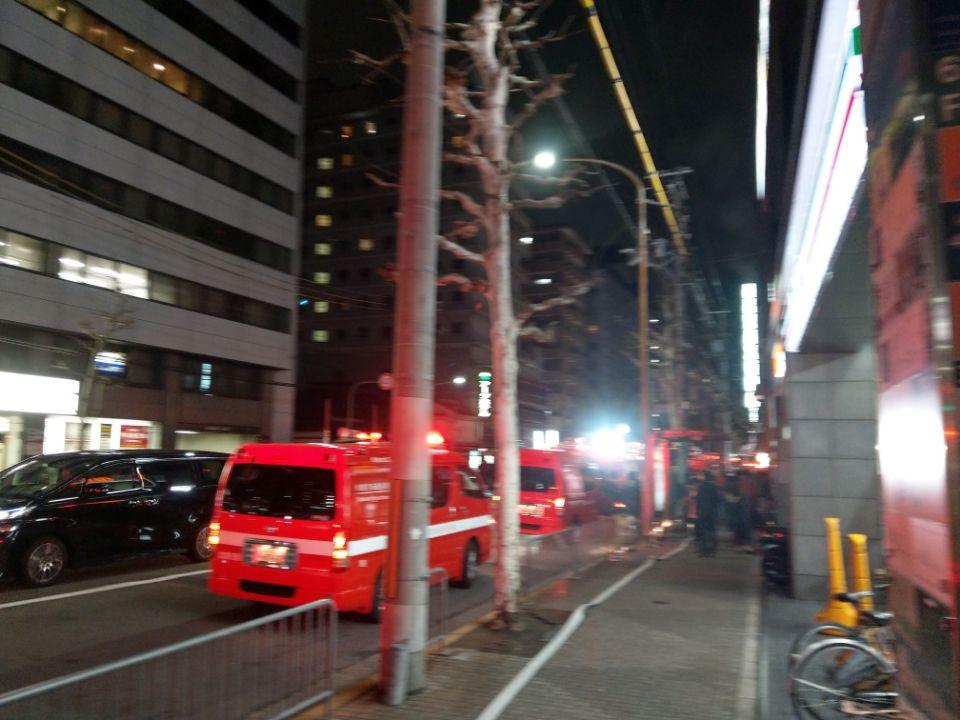 画像,最寄り駅まで帰ってきたら四条大宮近くのビル火災で消防関係の車の大行列になってまする…。 https://t.co/8Di2i9ZseX…