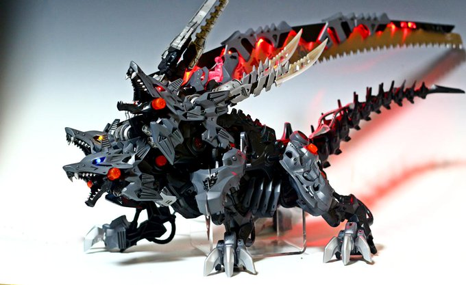胴体と脚はデスレックスを、顔から肩はハンターウルフを3体組み合わせています。武装はホームセンターの枝切り用45cmノコギリを流用してます。 ゾイドワイルド