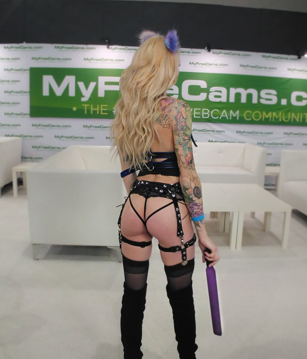 Had a lot of fun at the MFC booth at #adultconla!💕🖤 Leather harness, garter belt, ND collar from @LeatherDeviant #myfreecams #mfc #mfcshare #adultcon @MyFreeCams https://t.co/cJsjQTiB0t