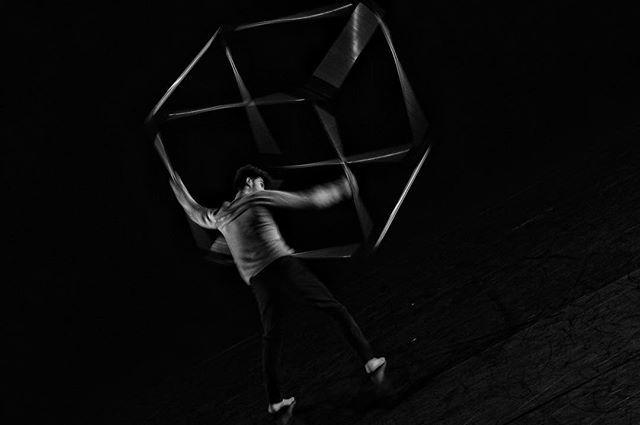 Le danseur @wissam_mel en mouvement au @cndcangers lors de l' #instameet des @igersanjou pour le #festivalsolo  #igersanjou #jaimelanjou #angers #cndcangers #igersfrance #igersbnw #visitangers #danse #dansecontemporaine #angersmaville #bnw #theatrelequai… https://ift.tt/2Szodwu
