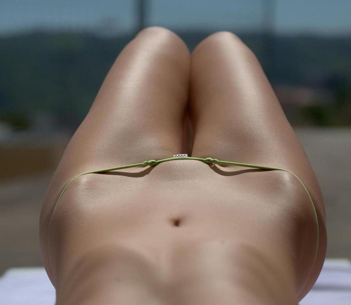 Женский выбритый лобок на пляже фото