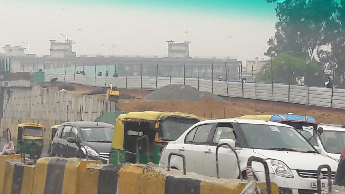 Oh its all done! Pics of the Dhaula kuan getting inaugurated today! Yes pics from about 12.15pm today. This view looking west. Why not inaugurate when its finished? #Dhaulakuanflyover #dhaulakuan #Delhi #delhipics #flyover #infrastructure #ithappensonlyinindiapic.twitter.com/WPjHKjhEmO
