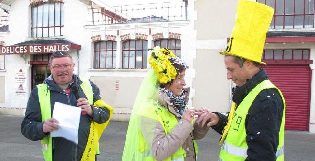 #DeuxSèvres. Mariage symbolique de Gilets jaunes après leur rencontre à un rond-point. http://bit.ly/2TnE3Pc