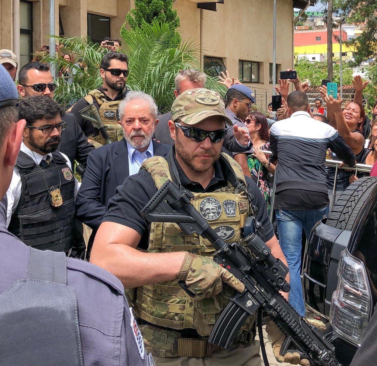 Lula yendo al sepelio de su nieto custodiado por policías al parecer Yankees D0q1avhW0AIGbLj