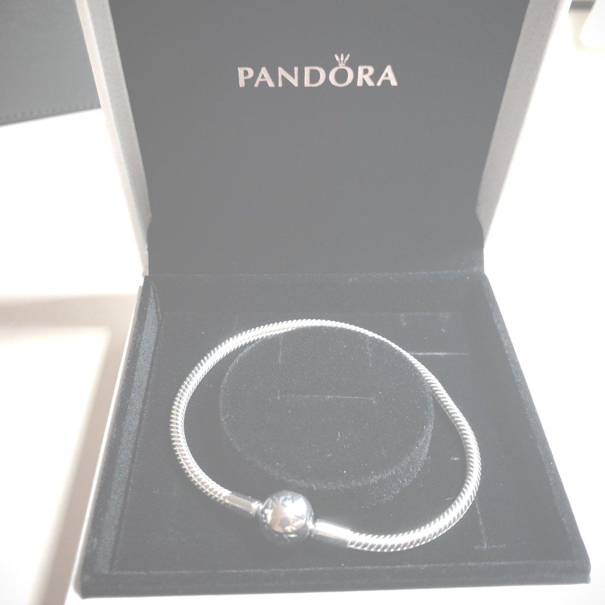 Hadiah gelang PANDORA untuk Taehyun TXT. (Twitter @PetillanteTH_02)
