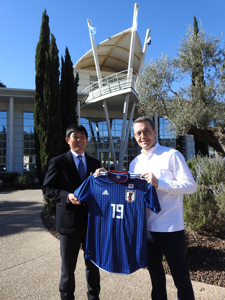 Plaisir et honneur de rencontrer Hajime Moriyasu, sélectionneur national japonais. Un grand technicien qui gère l'équipe nationale ET l'équipe olympique. Le Japon, un football sous-côté, très performant. Une culture axée sur la discipline, qui mise tout sur le collectif.