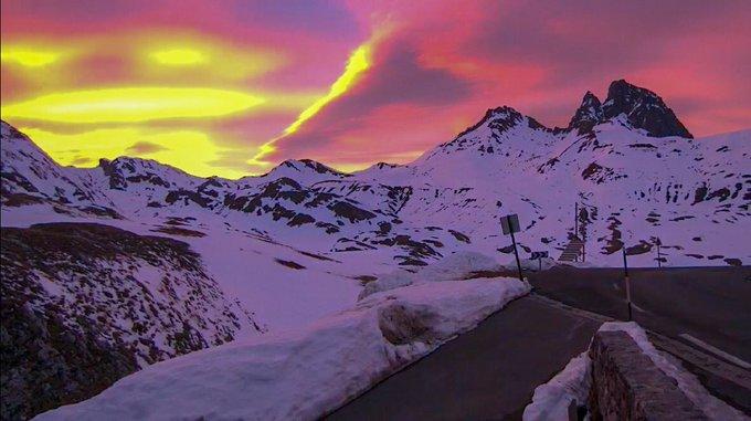 #coucherdesoleil sur #picdumididossau #pourtalet #pyreneesatlantiques #pyrenees 📷 @Meteo_Pyrenees @HotelPourtalet