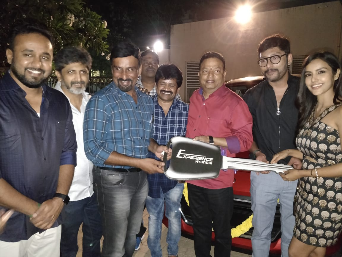#LKG team celebrated the merit success of their film by presenting a car to director #Prabhu @RJ_Balaji @PriyaAnand. Also rewarded the assistant directors team  👌👌