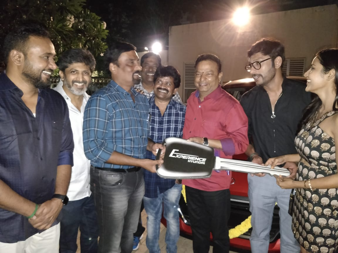 Hatsoff to the #LKG team for sharing their gains with all the team members👌👏.. The Director Mr.Prabhu was presented with a brand new car... Grt moments..  @RJ_Balaji @PriyaAnand @VelsFilmIntl @sakthivelan_b  @jayam_mohanraja