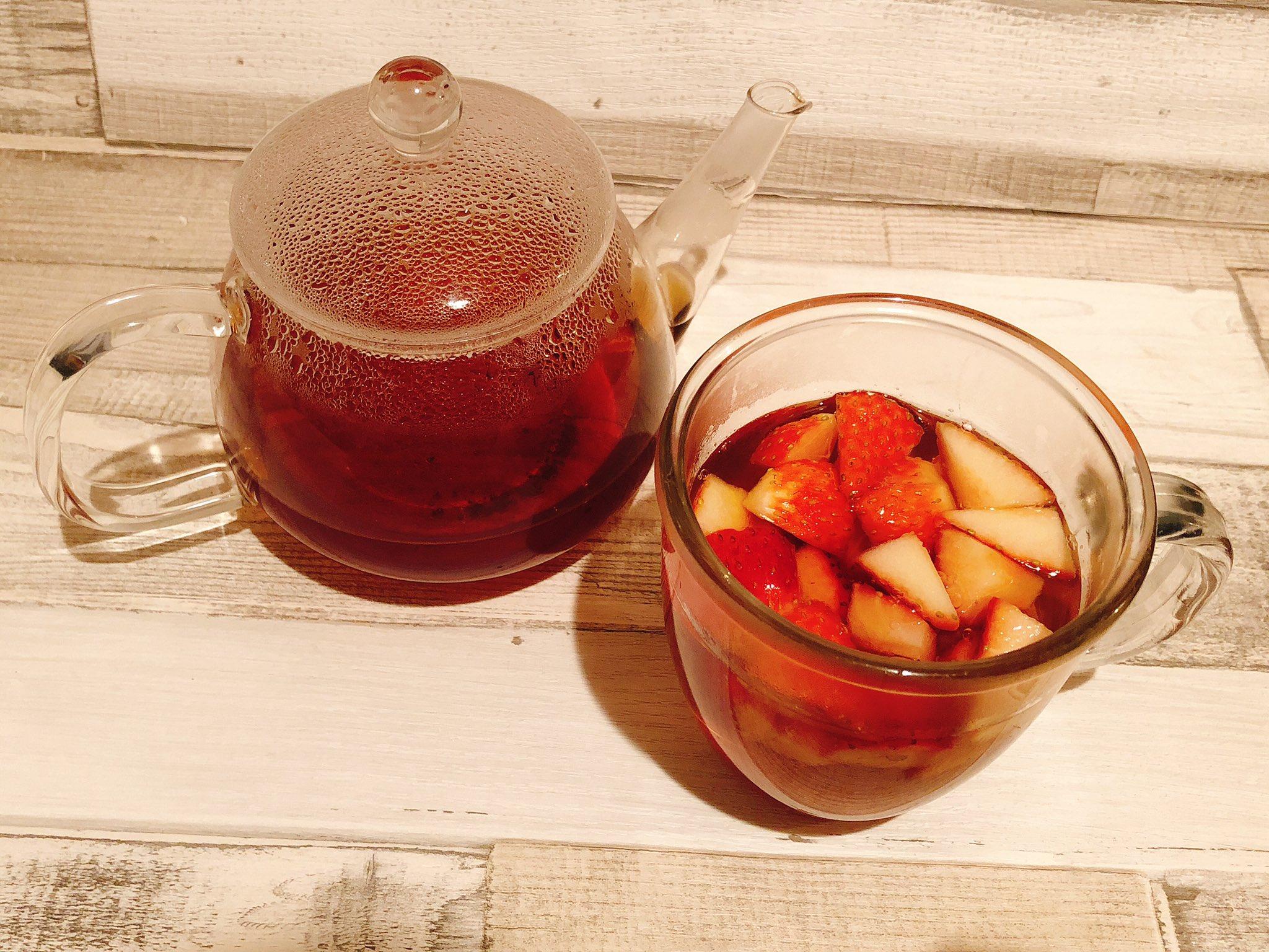 【自律神経失調にイチゴ紅茶】 春は自律神経のバランスが崩れやすい季節です。 そこでおススメ『イチゴ紅茶』 イチゴ(2〜3個)を刻んでティーカップに入れ、紅茶を注ぐだけ。 薬膳的に自律神経を整え、情緒を安定させるとても良い組合せ。 紅茶の温性でイチゴの涼性も和らぎます。良い香り♪
