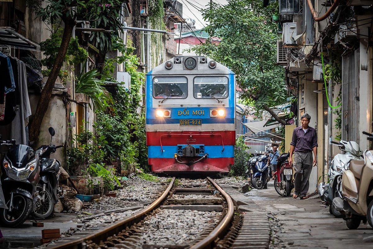 D0zRrGnVYAAYda1 - Those train streets!