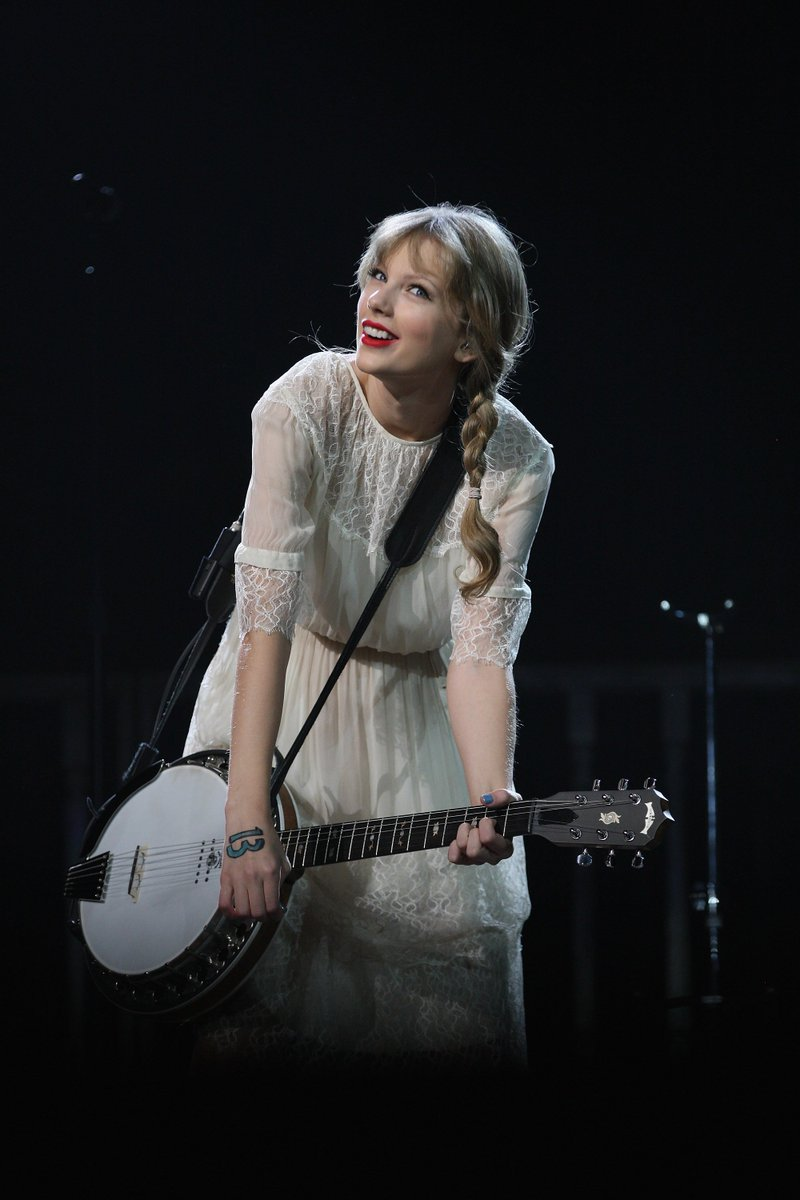 March 18, 2012 Auckland, New Zealand on Speak Now World Tour  God, I love the end of the Speak Now era look. She totally transformed in a matter of months.  #SpeakNow #TaylorSwift #VoteDelicate<br>http://pic.twitter.com/vY6e29966I