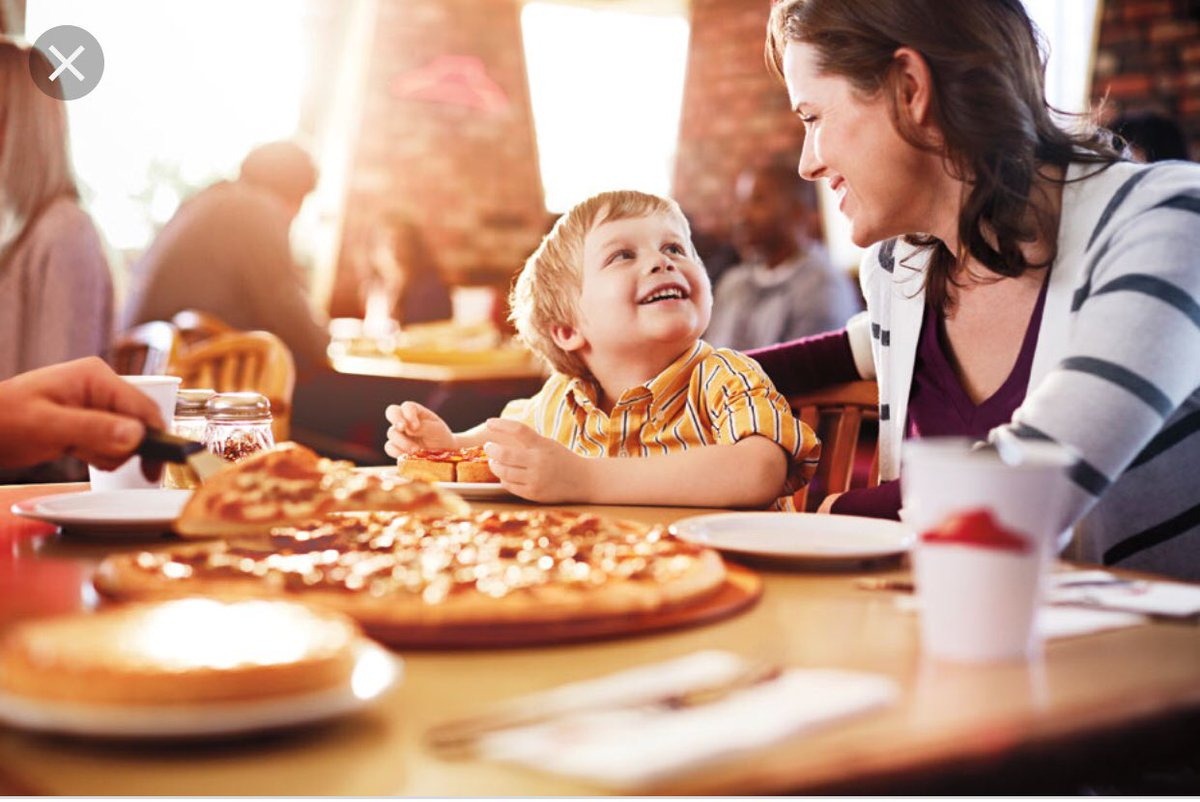 family eating at restaurant - HD1200×802