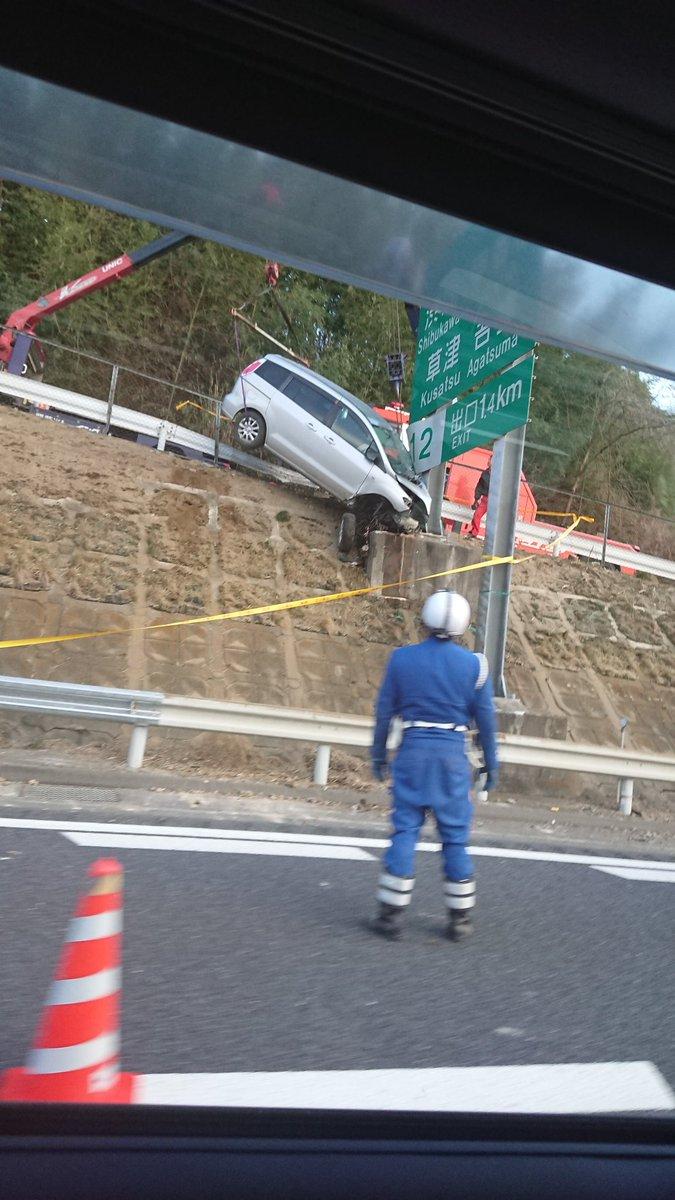 関越道で車が標識に衝突する事故の現場画像