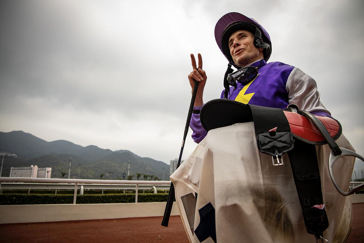 Ryan Moore putting on a clinic at Sha Tin... after the race the fans wanted his goggles, to which he laughed, &quot;I only brought Two&quot; #HKRacing<br>http://pic.twitter.com/93MYastaQM