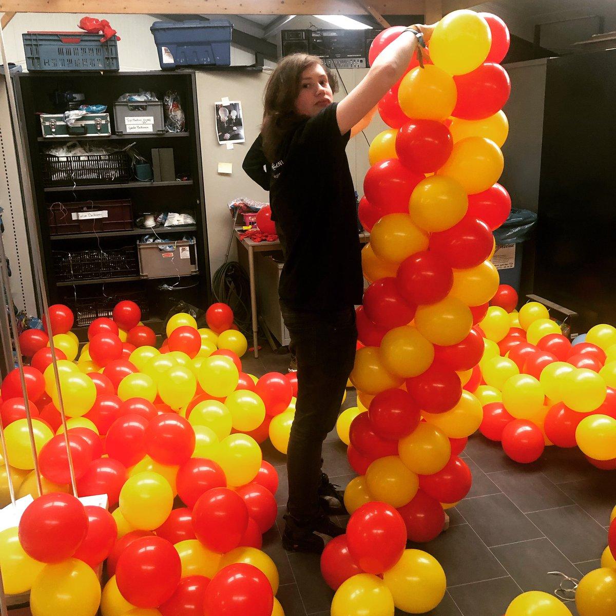 Hard aan het blazen en knopen voor de opdracht van 27 ballonbogen voor @shell tankstations