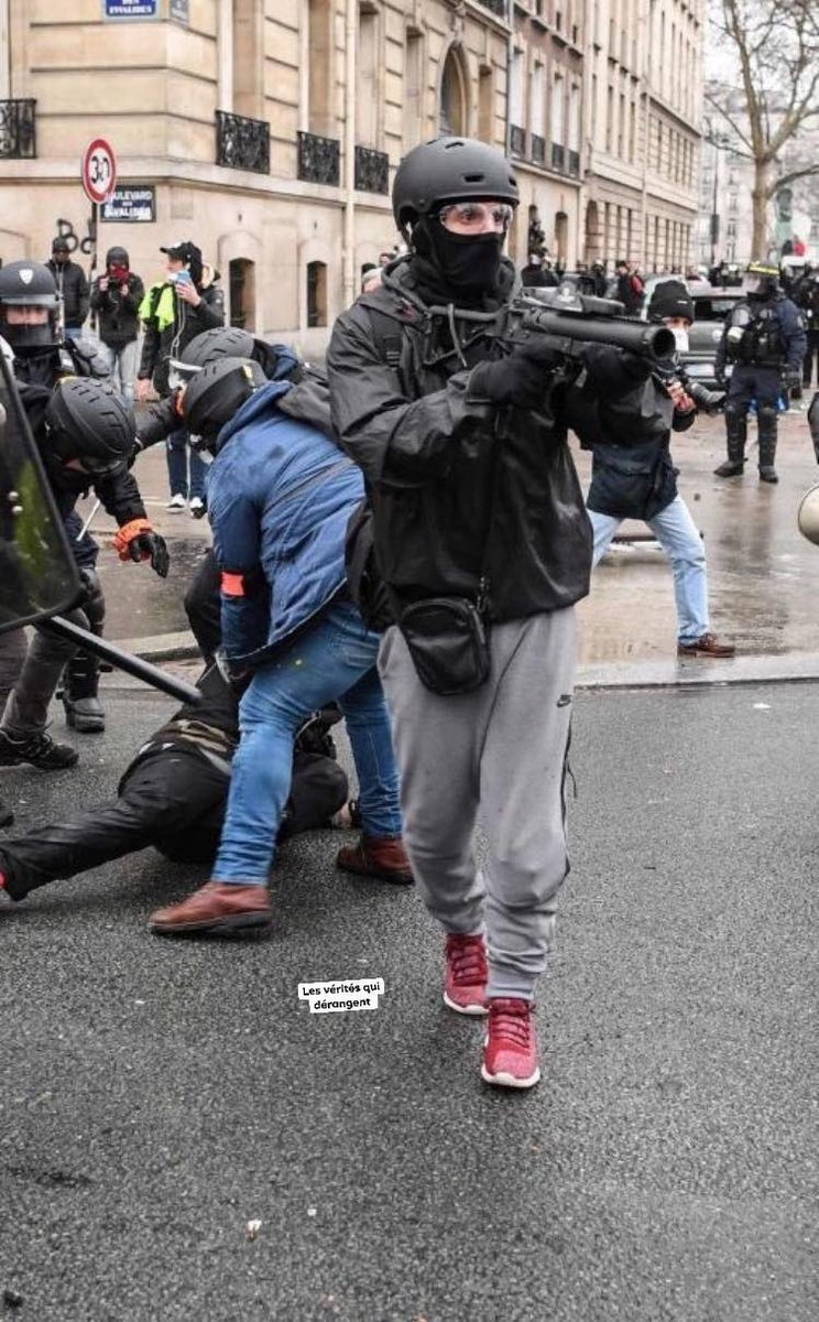 Hammer used to break shops in #Paris on sat 16th by #EU  and #Macron thugs. Don&#39;t put your mediocrity on innocent #GiletsJaunes #YellowVests . <br>http://pic.twitter.com/oL7YennJeW