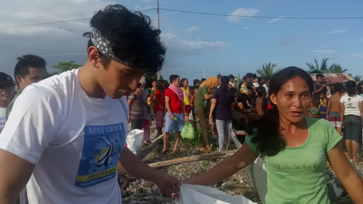 """LOOK: TV Stars Enchong Dee and Ria Atayde joined the fishers and urban poor residents' """"People's Coastal Clean-up Vs Reclamation"""" held in Baseco, Manila.  #ManilaBayNotForSale"""