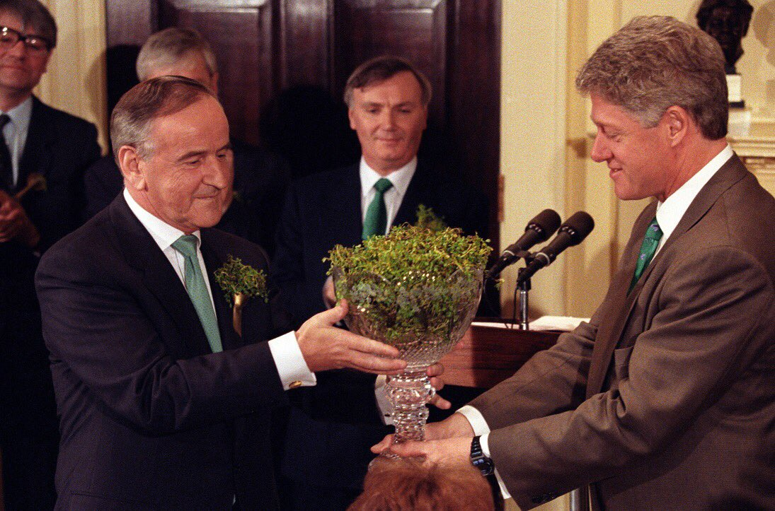 Happy #StPatricksDay! Each year, the Prime Minister of Ireland presents a crystal bowl of shamrocks to the US President to symbolize unity, diversity, & the unique ties between the 2 countries. In 1994, Prime Minister Albert Reynolds presented the bowl to Pres @BillClinton.