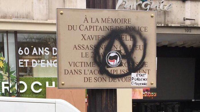 Les «antifa», Black Blocs et autres milices gauchistes ne respectent pas même les victimes du terrorisme islamiste, ici le gardien de la paix Xavier Jugelé.  C'est une indignité de les laisser agir et de ne pas donner d'ordres pour ENFIN les neutraliser. MLP