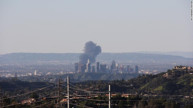 Gas explosion sends clouds of smoke over Los Angeles skyline https://t.co/dGDhZ14KMT https://t.co/Z5vPE02TMs
