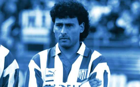 """Hoy cumple 53 años José Luis """"el negro"""" Villarreal, mediocentro internacional argentino que llegó al @Atleti en el mercado de invierno de la 92-93. A pesar de sus muy buenas referencias no cuajó en el equipo (5 part) y lo dejó al final de esa campaña. Felicidades. #HistoriaATM"""