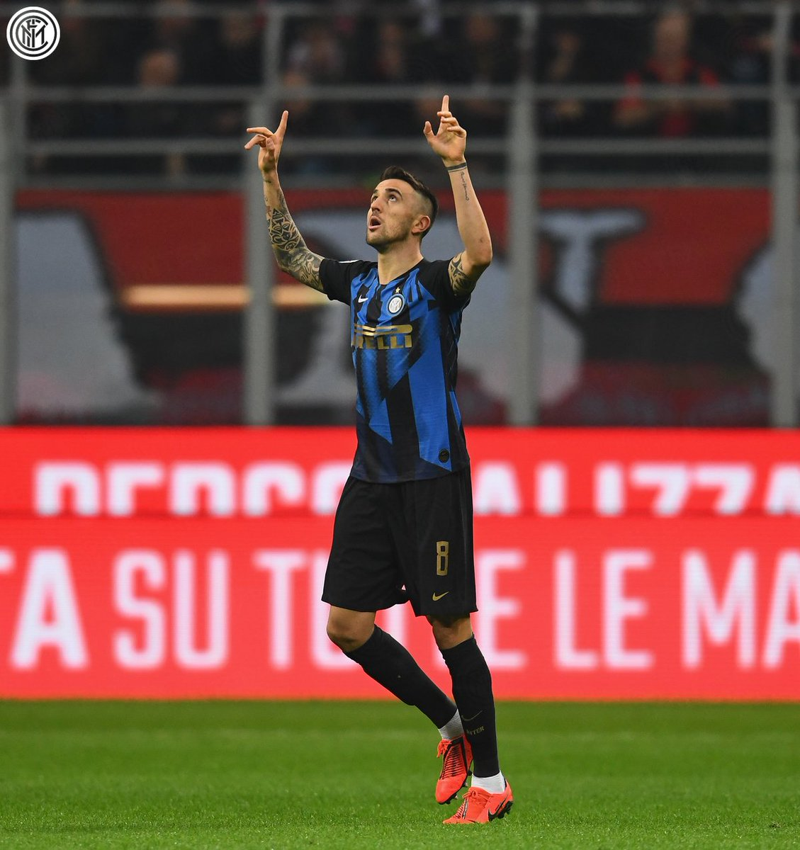 Time for the 🙌 and then the bundle  🖤💙  #DerbyMilano #MilanInter 0-1