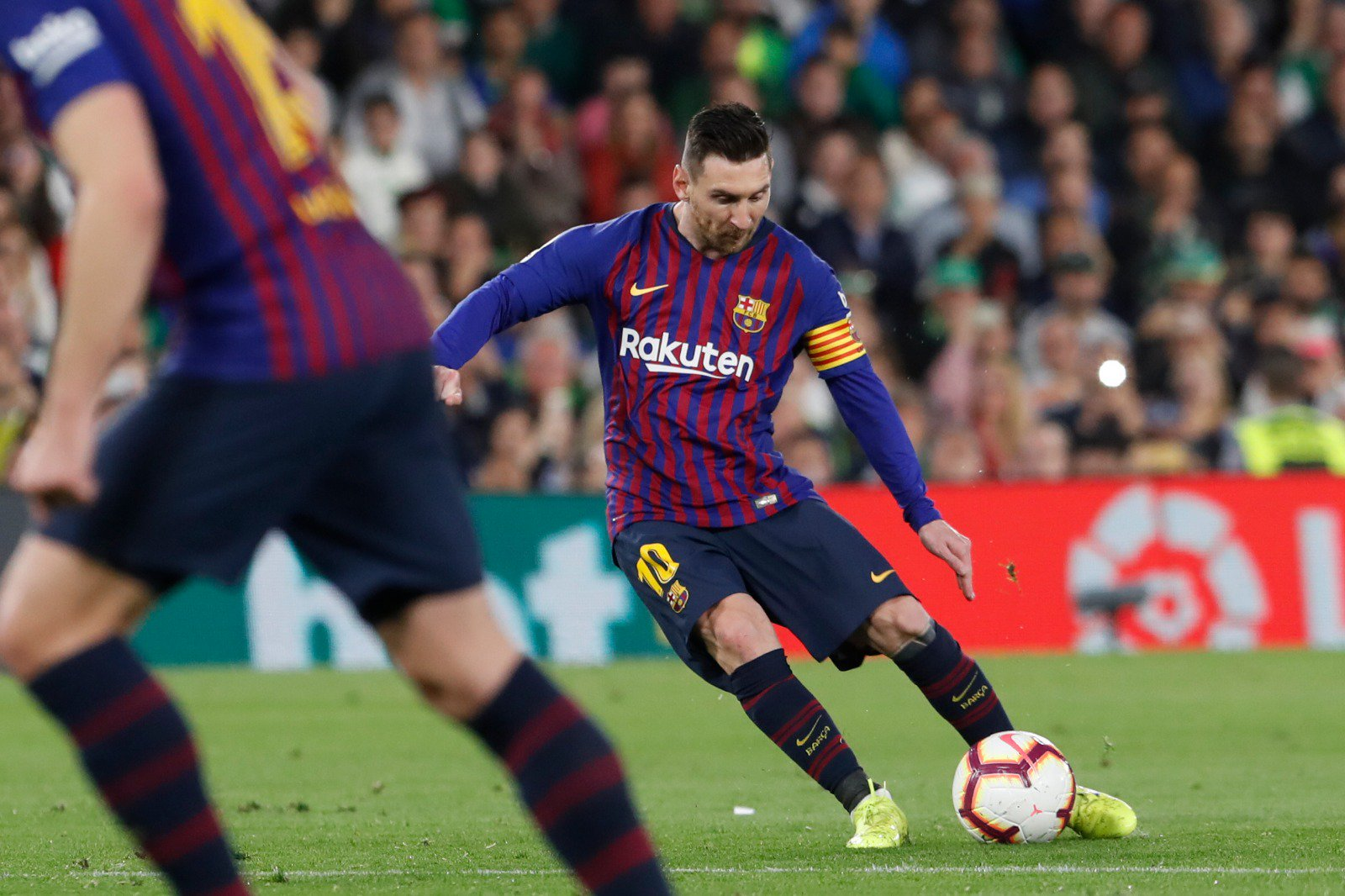 ��⚽ What a strike from Leo Messi! �� Bang in the top corner. Beautiful. Just beautiful. ���� #BetisBarça (0-1) https://t.co/cWOnVSdN86