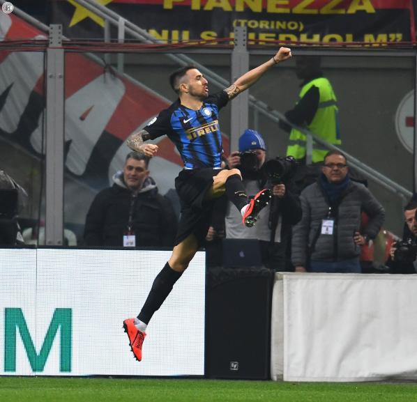 Milan 0-1 Inter al descanso.  Sorpresa total el rendimiento del Inter, un equipo aguerrido y automático en ataque, diferenciales los cambios de Perisic-Vecino, y enfrente, un Milan bloqueado por la situación y dependiente de Calhanoglu, buscan a Suso y Paquetá y no sale nada.