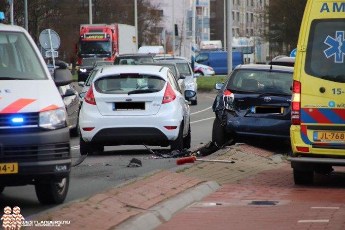 Twee personen naar ziekenhuis na ongeluk Poeldijkseweg https://t.co/MD5gbaO3AW https://t.co/tTxLrefSiR