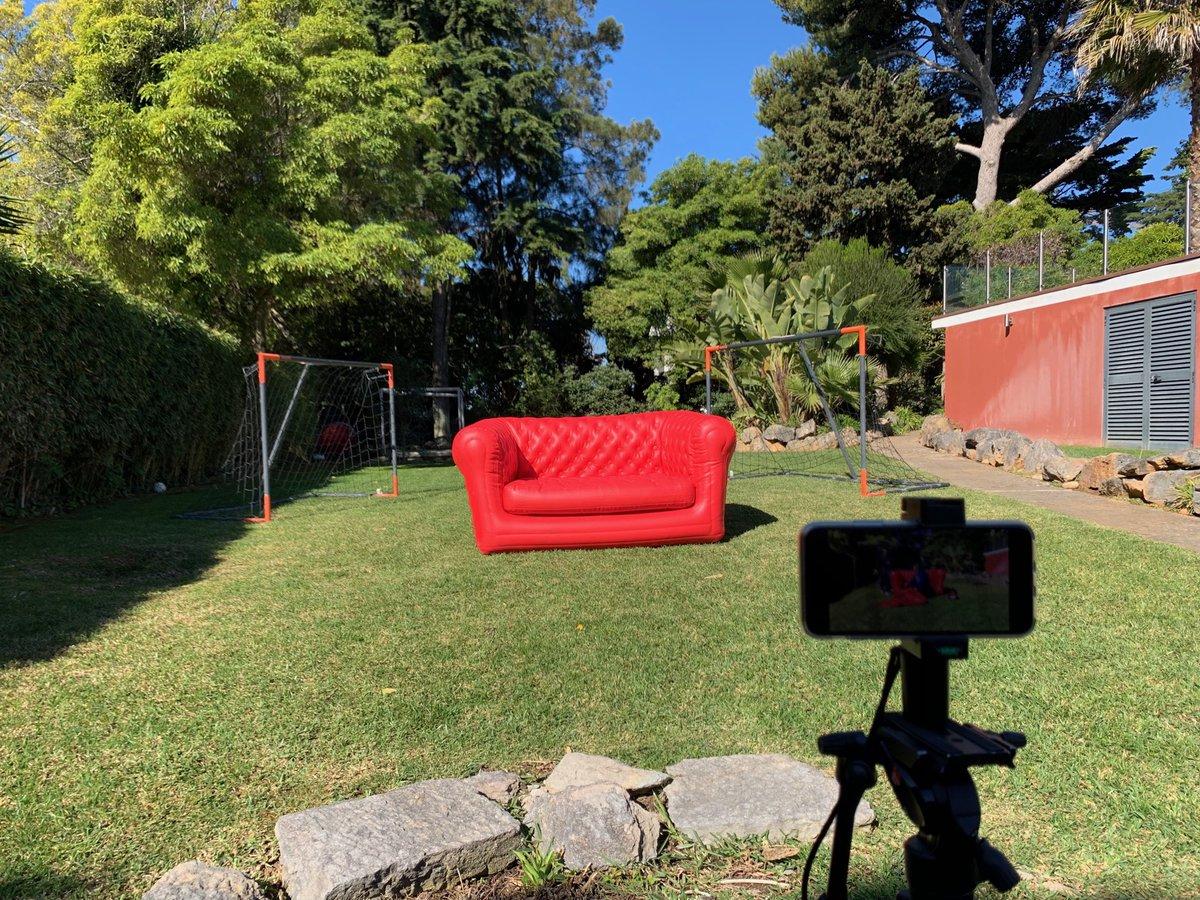 O sofá está pronto para os nossos entrevistados portugueses. #euronews #EUroadtrip