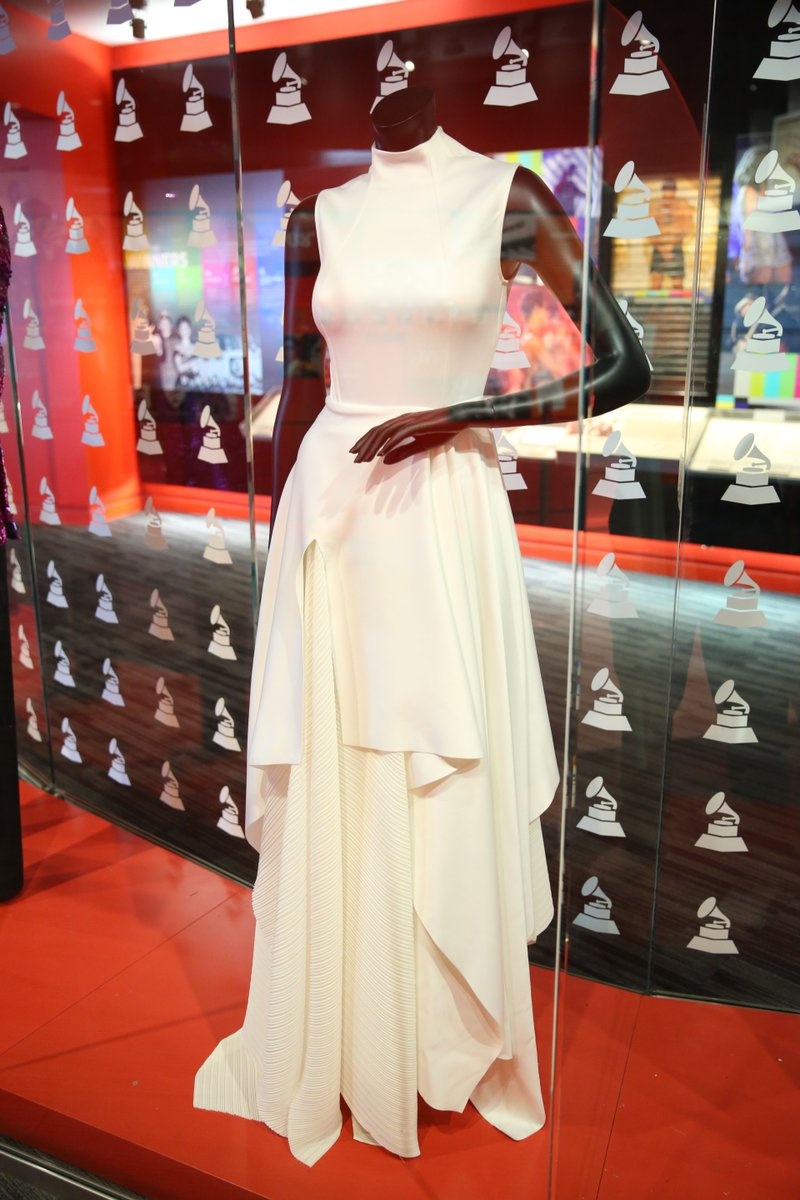 GRAMMY winner @KaceyMusgraves wore this white gown during her performance of &quot;Rainbow&quot; at the 61st #GRAMMYs.<br>http://pic.twitter.com/96frzaUUfL