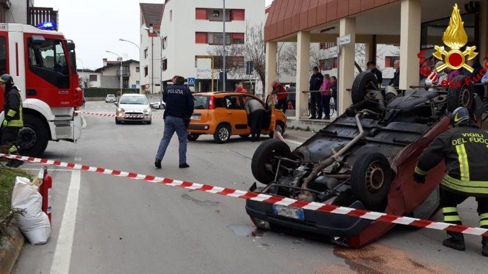 Schianto a Cavarzano, auto si ribalta: ferita una ...