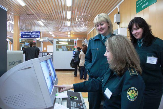 Мужчину задержали на таможне хабаровского аэропорта с огромным количеством наличной валюты