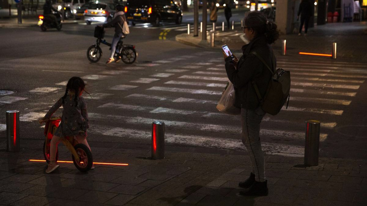 City of #TelAviv Israel install #ZombieLights - pedestrian road crossing lights designed for those who can&#39;t get their eyes off their #smartphones <br>http://pic.twitter.com/rLOXINOu8j