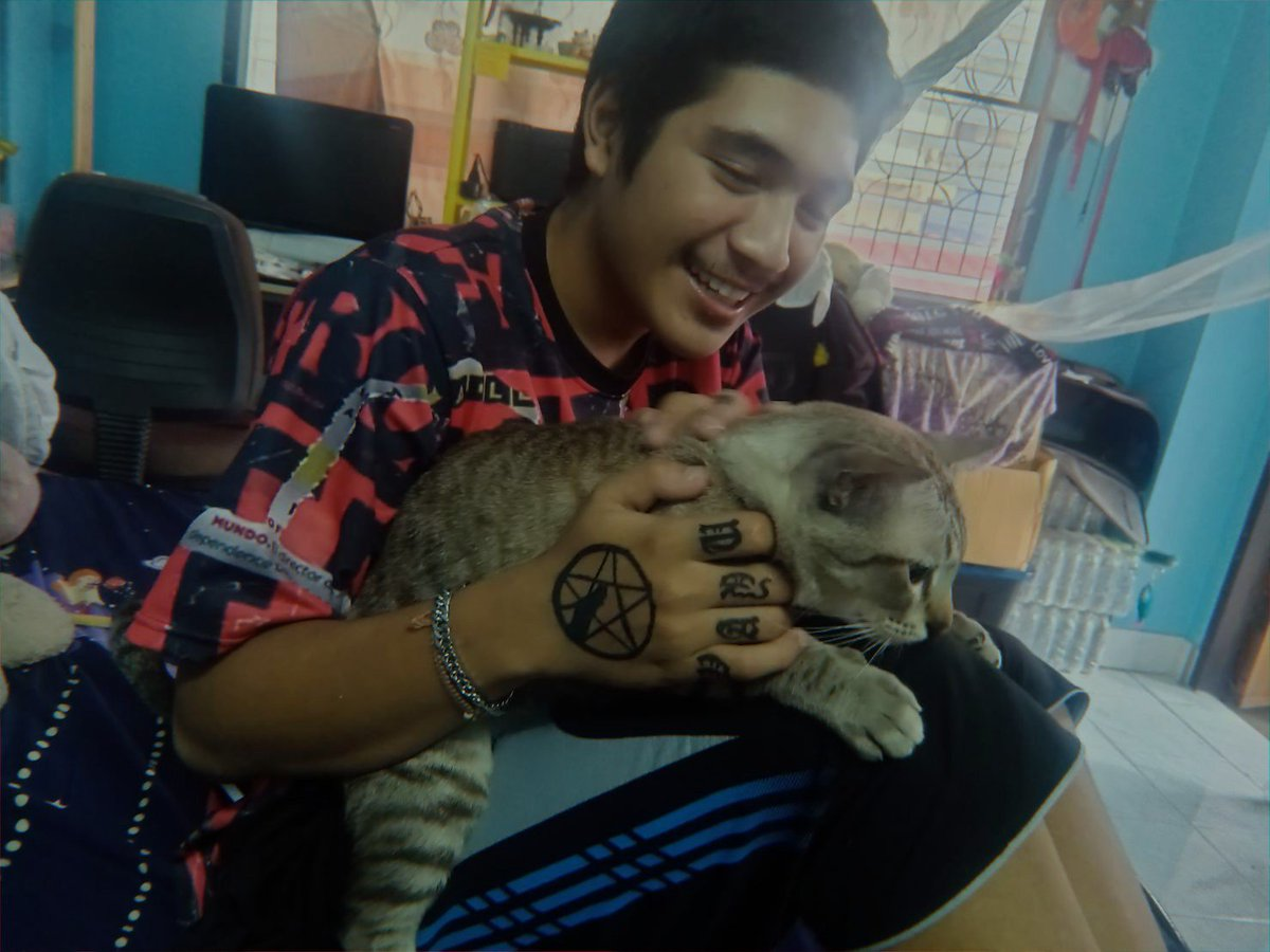 RT @KatvarinS: Unlimited love #Caturday #mycat #myson #PictureOfTheDay https://t.co/xADUEaol1y