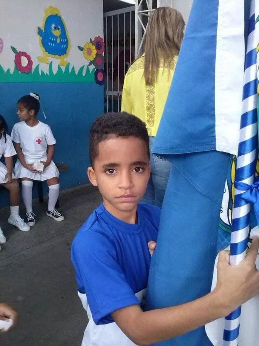 Kauan Peixoto, de 12 anos, saiu pra comprar um lanche ontem em Mesquita, na Baixada Fluminense, mas não voltou. Levou três tiros da PM no caminho. Foi algemado ainda consciente e levado ao hospital de viatura, mas não resistiu. DOZE anos. TRÊS tiros. ALGEMADO. Nada justifica.
