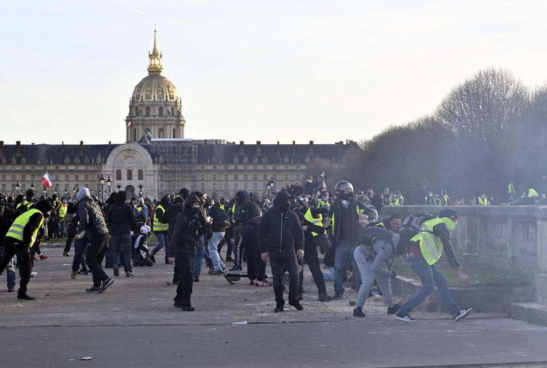 Главу поліції Парижа відправили у відставку через погроми