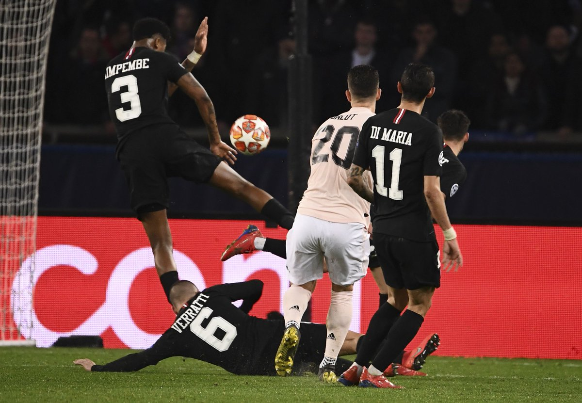 Was the referee right to award #MUFC a penalty here? 👀  🔁 RT for Yes ❤️ Like for No