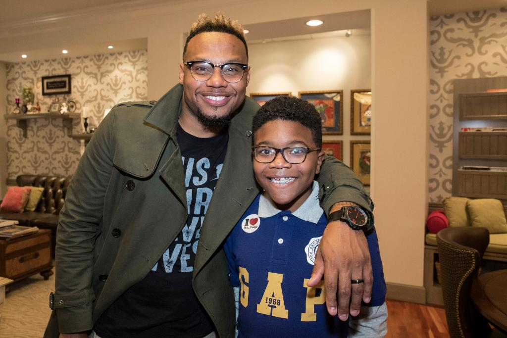 Patient Dallas met St. Jude supporters @MerleDandridge, @ToddDulaney, @timbowmanjr, and @MusiqSoulchild. Join these artists in supporting St. Jude by becoming a monthly donor. Listen to your local radio station today and tomorrow or visit our website: http://bit.ly/2TvgbsT