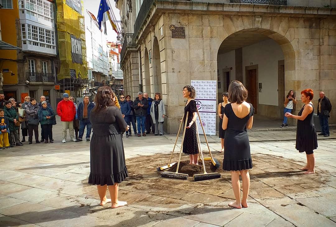 """Silcerino on Twitter: """"#Coruña   O #8M no cruce de Rego de Auga coa rúa  Real coa performance ideada por Neves Seara para Casa Morada. #8M2019…  https://t.co/FLcmqvr5Cp"""""""