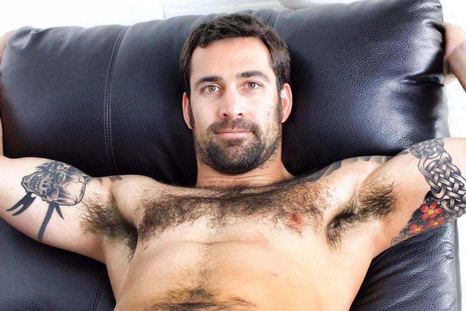 при этом два хуя у мужиков разгуливают голыми