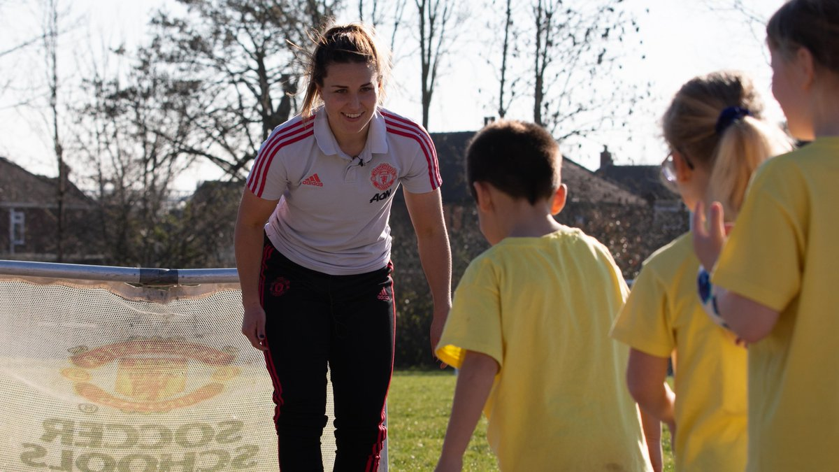 🎥 Watch as #MUWomen stars, @amy_turner4, @charliedevlin98 and @KirstyHanson3 surprise primary school children with a special sports lesson 🏀🏑⚽🎾